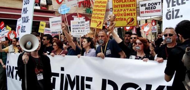 Taksim'de Binlerce Kişi İnternet Sansürünü Protesto Etti
