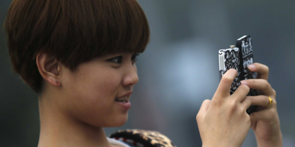 Akıllı Telefonlarla Uzun Süre Vakit Geçirmek Göz Bozukluğuna Neden Oluyor [Araştırma]
