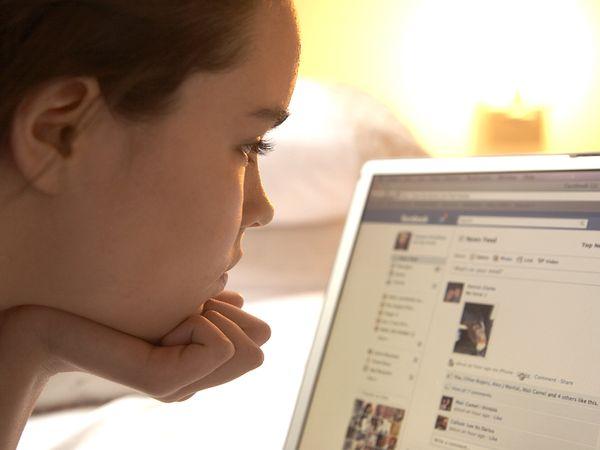 girl-facebook