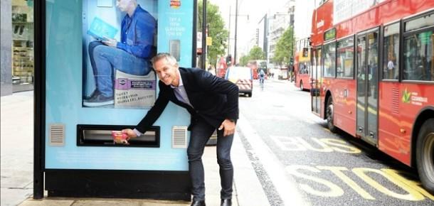 Birleşik Krallık'ta durakta beklerken tweet atarak cips kazanma kampanyası
