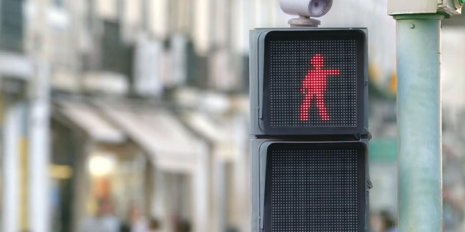 Smart'ın trafik ışığına dans ettirerek kırmızı ışıkta beklemeyi sağlayan kampanyası