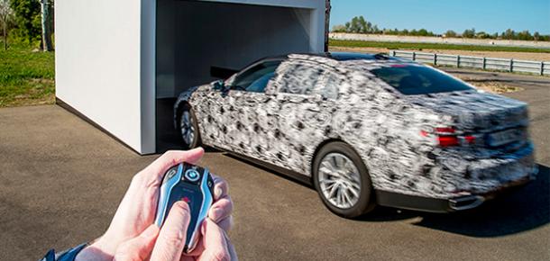 BMW 7 serisi uzaktan kontrol kumanda üzerinden park etme özelliğiyle geliyor