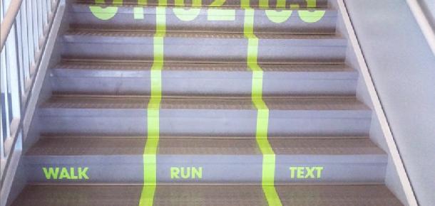 Üniversiteden mesaj yazarken yürüyenlere özel merdiven