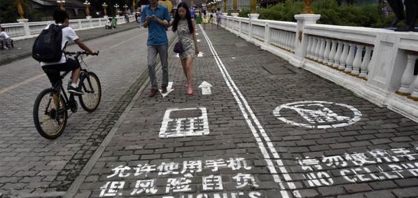 Mesaj yazarken yürüyenlere özel yol