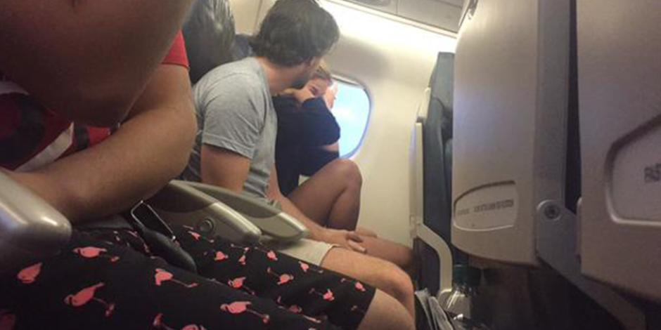 Uçakta, ayrılmak üzere olan bir çift ile aynı sırada oturan kadın tüm kavgayı tweet'ledi