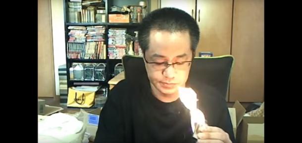 İnternet üzerinden canlı yayın yapan oyuncu odasını kazayla ateşe verdi