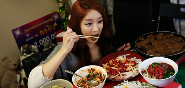 14 yaşındaki Güney Kore'li genç online yemek yiyerek gecede 1.500 dolar kazanıyor