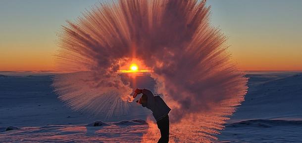 Efsane fotoğraflar: Kuzey Kutup Dairesi'nde günbatımı sırasında -40°C'ye çay dökmek