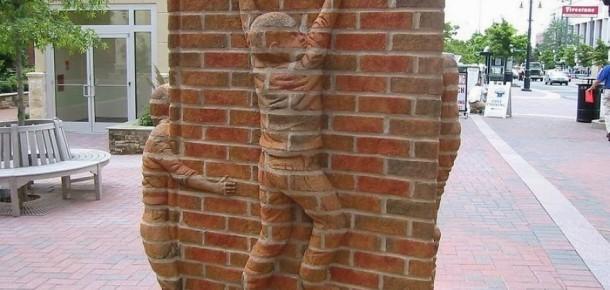 Tuğlalardan insan heykelleri yapan sanatçı