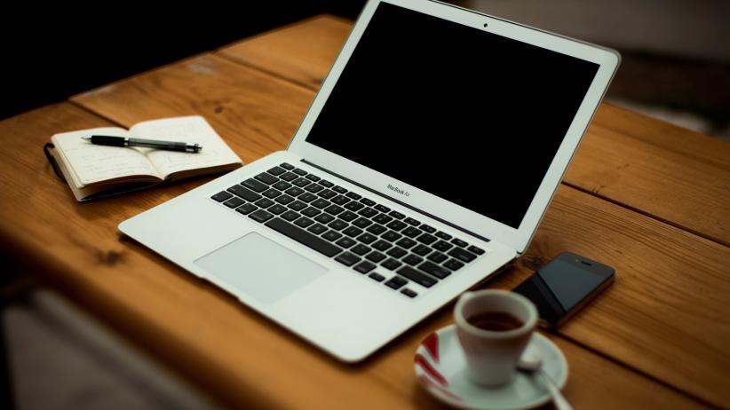 20150707205735-coffee-apple-iphone-laptop-sketch-book-workspace