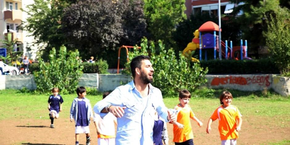 Arda Turan'dan efsane sürpriz: miniklerin mahalledeki halı saha maçı UEFA maçı oldu