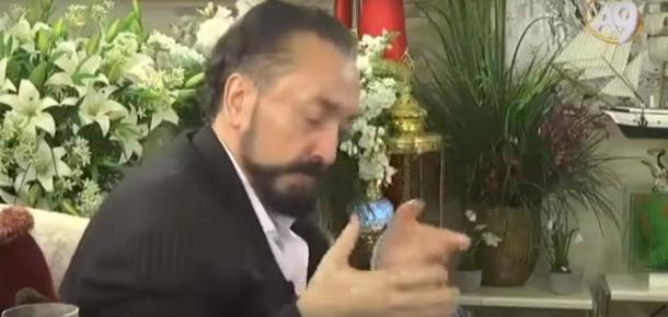 Oturarak dans eden bir garip adam: Adnan Oktar