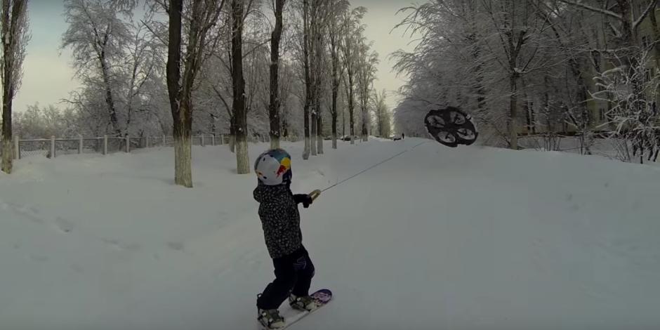 Snowboard'unu bir drone yardımı ile çektiren muhteşem çocuk