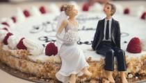 Nikah sonrası evlilik cüzdanını sallayan gelin