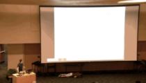 Konferans sırasında projeksiyonun arkasından düşen öğrencinin efsane videosu