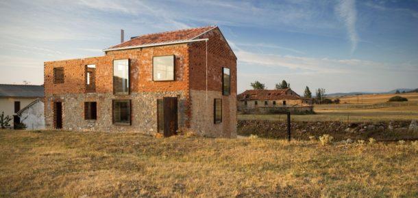 İspanya'daki sıvasız köy evi, modern iç mimari ile buluşuyor