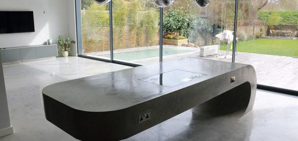 Yer çekimine meydan okuyan beton mutfak masası