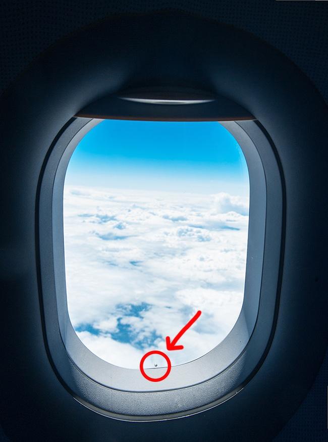 Uçak pencerelerindeki minik deliklerin görevi, aslında çok önemli