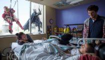 Hastanedeki çocukların yüzünü güldüren efsane hareket