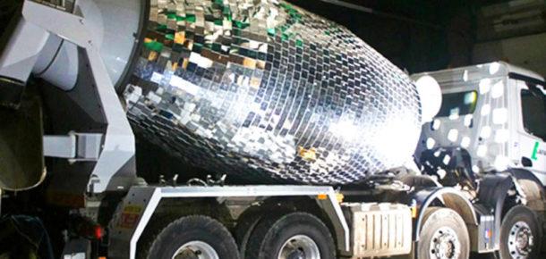 Koca çimento makinesini disko topuna döndüren sanatçı
